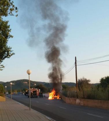 Imagen del coche incendiado.