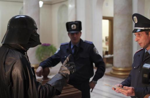 Un hombre vestido como Darth Vader ha reclamado a las autoridades ucranianas un terreno.