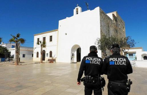 Imagen de archivo de dos policías locales de Formentera.