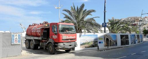 Durante toda la jornada de ayer se pudieron ver camiones entrando y saliendo para limpiar el vertido.
