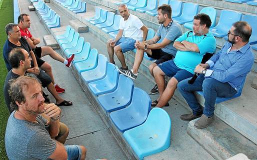 Un instante de la reunión producida ayer en la grada del estadio de Can Misses.
