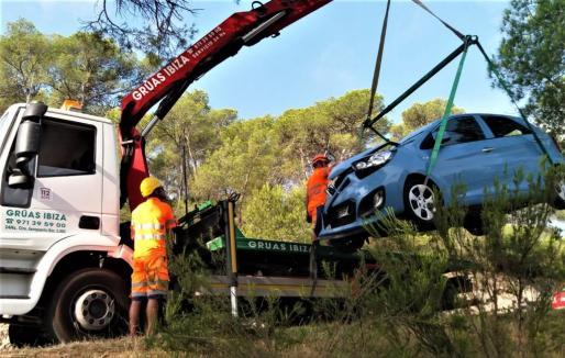 La grúa recupera el vehículo accidentado