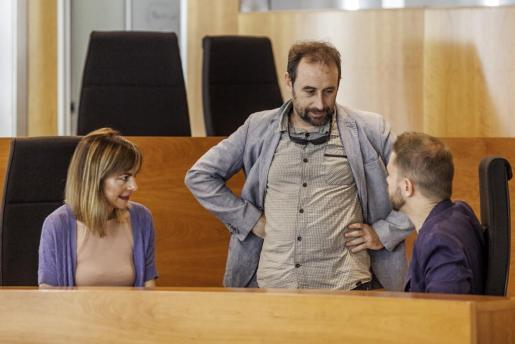 Miquel Vericad (centro) dialoga con Lydia Jurado y David Ribas en el salón de plenos del Consell d'Eivissa.