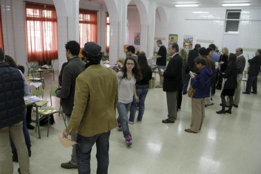 La afluencia a los colegios electorales, tanto en Balears como en España, está siendo algo más baja en la jornada de hoy con referencia a los comicios de 2008.