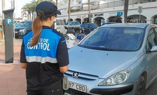 Una operaria de la zona azul en Formentera.