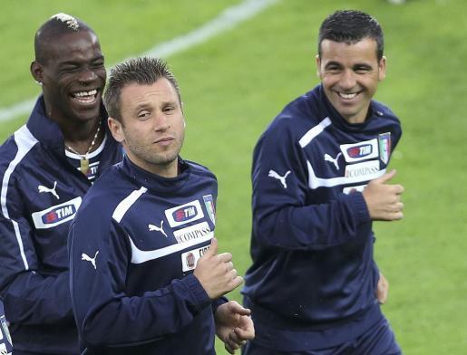 Mario Balotelli, Antonio Cassano y Antonio Di Natale durante un entrenamiento con la selección italiana.