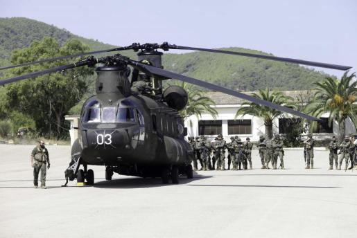 Los 32 soldados del Ejército de Tierra se preparan para realizar maniobras de seguridad en Sa Coma.