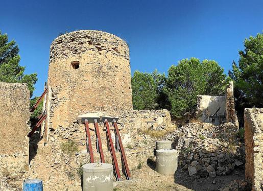 Imagen de la torre des Llucs apuntalada.