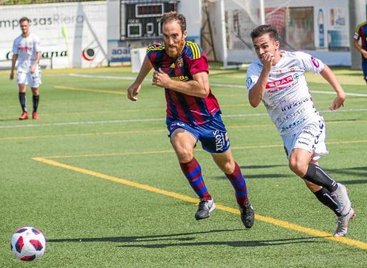 Marc Fraile se marcha en velocidad de un defensor visitante en el duelo disputado en Santa Eulària.