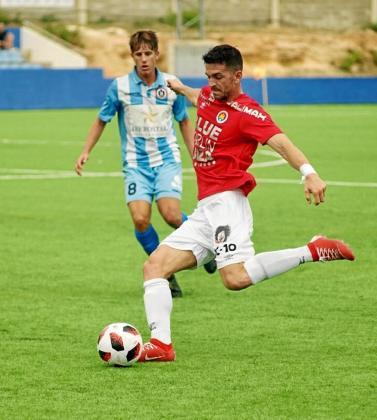 Pau Pomar se dispone a golpear el balón durante el partido entre el CD Ibiza y el Alcúdia de la jornada anterior.