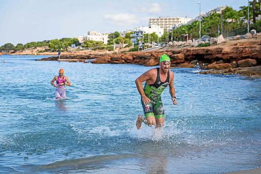 Los participantes tenían que completar dos tramos de 2,5 kilómetros a pie y otro de 1.000 metros a nado.