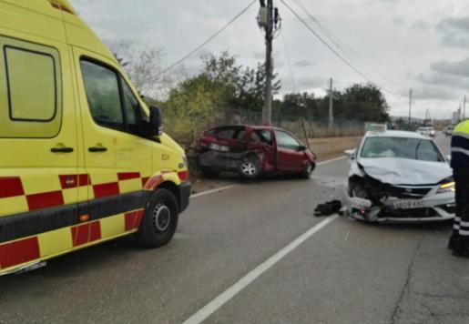 Aparatoso choque con heridos entre un taxi y un turismo en el Camí de sa Vorera.