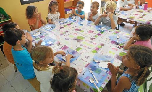 Alumnos en el comedor de la escuela