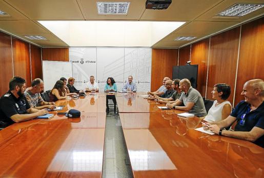 Imagen de la reunión mantenida ayer por la mañana en el Consell d'Eivissa. Foto: ARGUIÑE ESCANDÓN