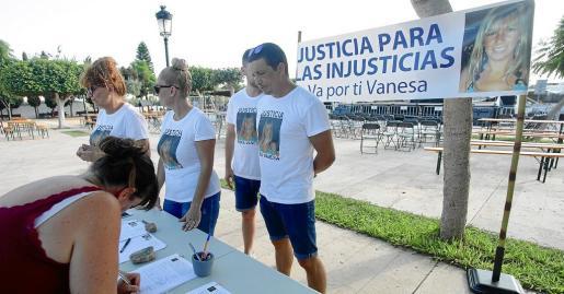 Familiares y amigos de Vanessa Patricio llevaron ayer a Jesús la campaña de recogida de firmas 'Justicia para las injusticias'. Foto: DANIEL ESPINOSA