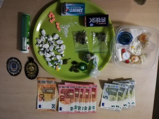 Los 13,80 gramos de cocaína en roca; 20 paquetes de cocaína con un total de 23,80 gramos; varias pastillas, 15,85 gramos de MDMA y 197,5 euros requisados