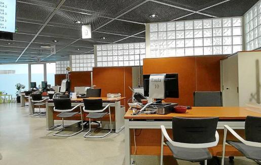 Mesas vacías en la Oficina de Atención a la Ciudadanía del Consell.