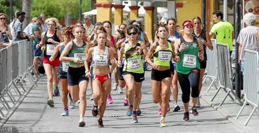 Varias atletas corren por Sant Antoni durante la edición del año pasado.