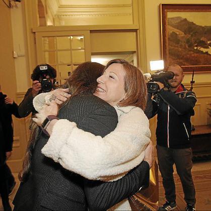 Forcadell, ahora en prisión, abraza a Picornell en 2017.