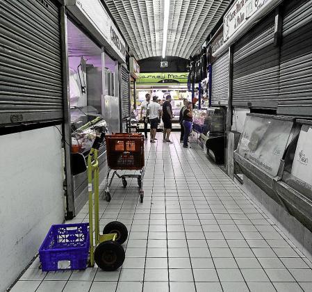 Varias paradas cerradas en el Mercat Nou el pasado mes de agosto. Foto: DANIEL ESPINOSA