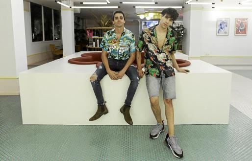 Javier Ambrossi y Javier Calvo, conocidos popularmente como Los Javis, el martes por la noche en el Paradiso Art Hotel Ibiza. Fotos: DANIEL ESPINOSA