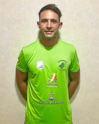 Vicent Martínez posa con la camiseta del Club Bádminton Pitiús.