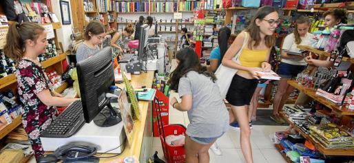 Las familias aprovechan los últimos días para realizar las compras antes del inicio del curso escolar.