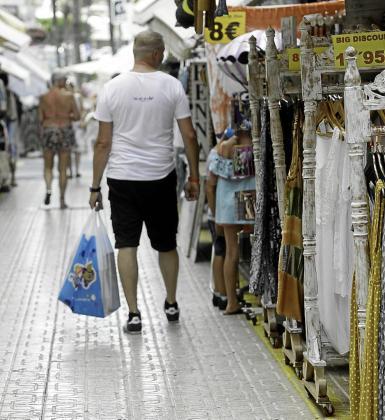 Imagen de archivo de una calle con comercios que tienen los expositores fuera.