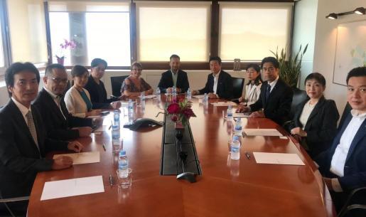 El alcalde del Ayuntamiento de Ibiza, Rafa Ruiz, y la concejala de Turismo, Gloria Corral, se han reunido esta mañana con una delegación de empresarios japoneses que encabeza la presencia del viceministro de Transporte, Infraestructuras y Turismo de Japón, Tsukasa Akimoto, y dos miembros del House Representatives de Japón, Hajime Sasaki y Takaki Shimasuka.