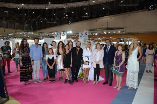 Foto de la comitiva en el stand de Adlib Moda Ibiza con algunos diseñadores ibicencos que participan en MOMAD Metrópolis 2018.
