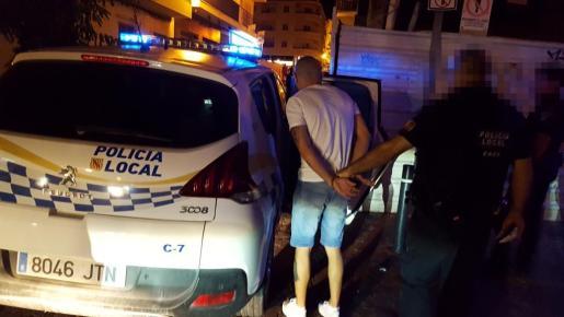 Momento en el que la Policía Local de Sant Antoni introduce en el coche a uno de los miembros de la banda.