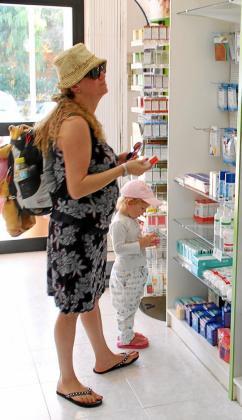 En la imagen una turista mira objetos de parafarmacia en una de las boticas de las Islas. Este tipo de productos suponen un 20 % de la facturación global de las oficinas de farmacia de la Comunitat Autònoma.