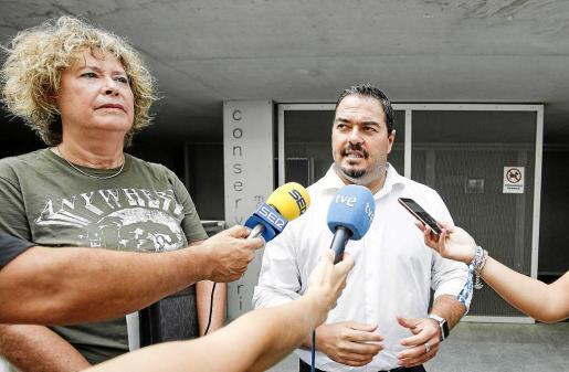 Santiago Marí y Belén Torres en rueda de prensa frente al Conservatorio de Ibiza .