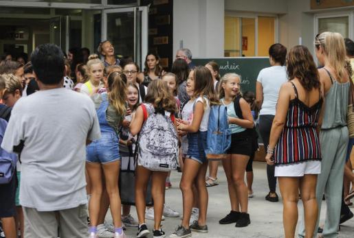 Alumnos en el colegio de s'Olivera.