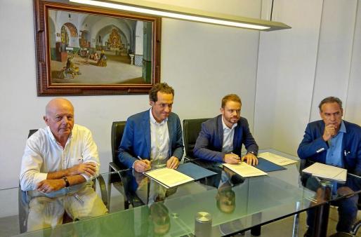 Imagen de la firma del convenio entre el conseller del Govern Marc Pons y el conseller de Patrimoni, David Ribas.
