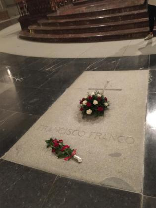 Flores en la tumba de Francisco Franco, en el Valle de los Caídos.