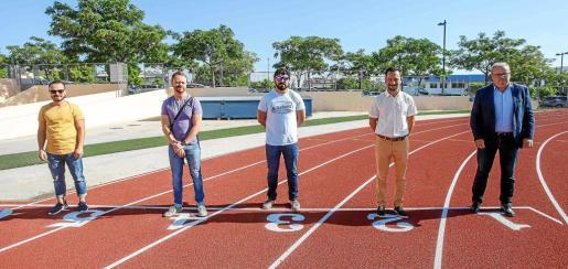 Fernando Gómez, David Ribas, Agustín Perea, Rafa Ruiz y Vicent Torres posan en la línea de salida de la nueva pista de atletismo de Can Misses.