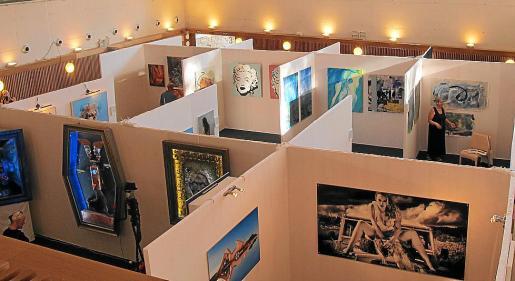 La muestra presenta obras de diferentes formatos realizadas en diversas técnicas y diferentes disciplinas como pintura, escultura y fotografía.