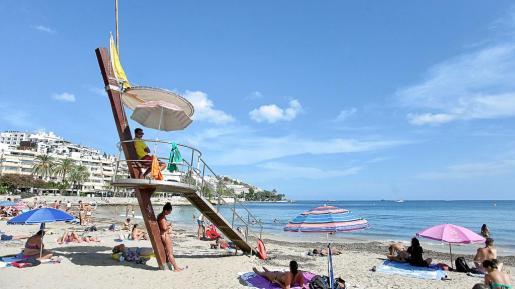 Imagen de la playa de ses Figueretes ayer por la tarde con bandera amarilla.