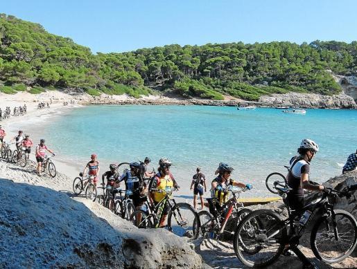 La Volta a Menorca en BTT es un acontecimiento festivo que recorre la Menorca interior y de costa.