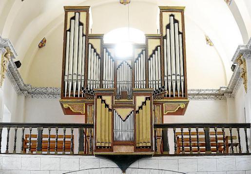 El órgano de la iglesia de Sant Josep está situado frente al altar, junto al coro.