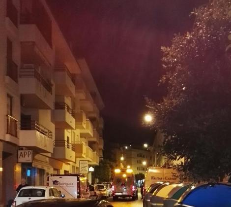 Una ambulancia acude a atender al joven precipitado en el lugar de los hechos