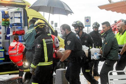Bomberos, Guardia Civil, Policía Local y una ambulancia del 061 se desplazaron al lugar de los hechos.