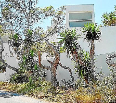El servicio municipal de limpieza de Vila empezó el lunes a retirar basura del edificio.