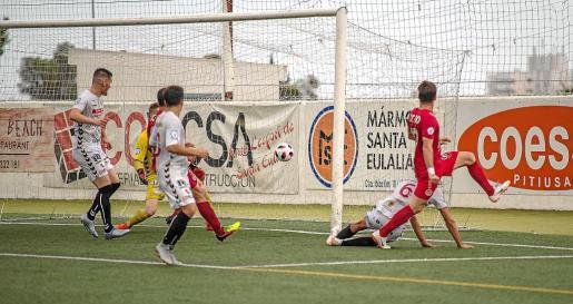 Momento en el que Ortiz se adelanta a Crespo para marcar el primer gol del encuentro..