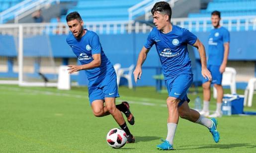 Javi Serra y Javi García durante un entrenamiento esta semana en el estadio de Can Misses.