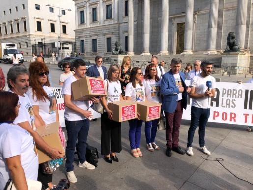 Las familias de Vanesa Patricio y Dani Viñals entregan más de 280.000 firmas en el Congreso.