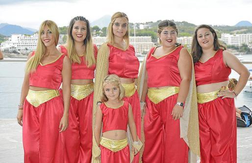 Aida Ruiz, Nerea Ríos, Sara Benwell, Adriana Fernández, Ainhoa Fernández y la pequeña Enma.