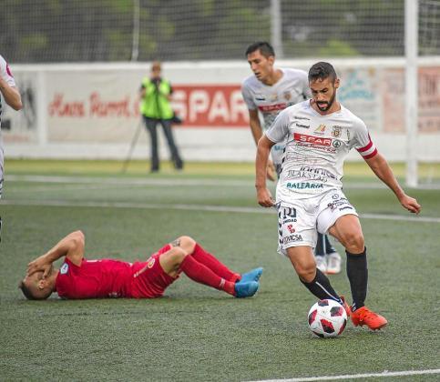 Borja Navarro conduce el balón durante el partido entre la Peña y el CD Ibiza del pasado sábado.