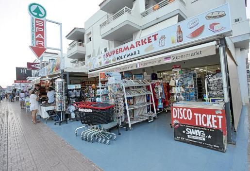 Comercios de la avenida Pere Matutes Noguera en Platja d'en Bossa.